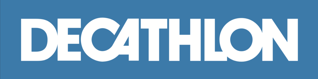 Na niebieskim tle napis Decathlon